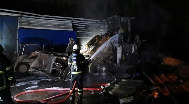 3 iş makinesi alev alev yandı
