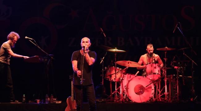 İzmit'te 30 Ağustos Zafer Bayramı coşkusu Yüksek Sadakat konseriyle yaşandı