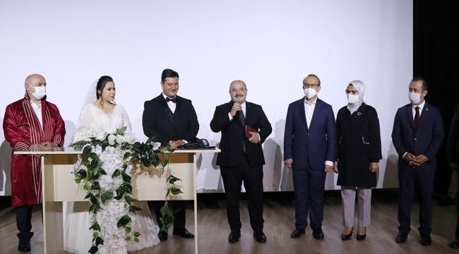 Bakan Varank, darp edilen muhabirin nikah şahitliğini yaptı!