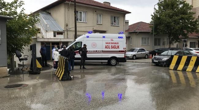 Bariyer ile otomobil arasına sıkışan kişi yaralandı!