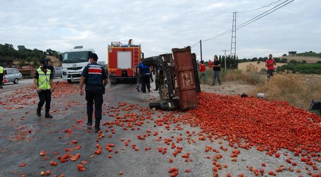 Tırın çarptığı domates yüklü traktördeki 5 kişi yaralandı